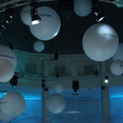 Installation-von-mehreren-Messeballons-1_x_acf_cropped